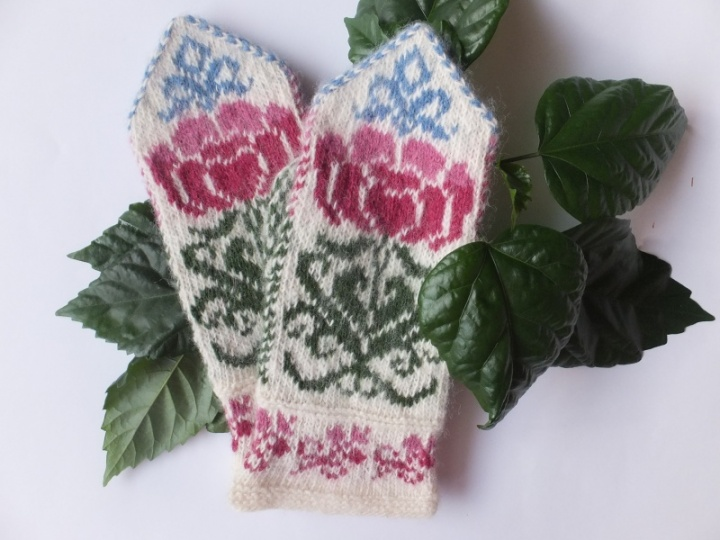 Wool mittens with flowers  patterns