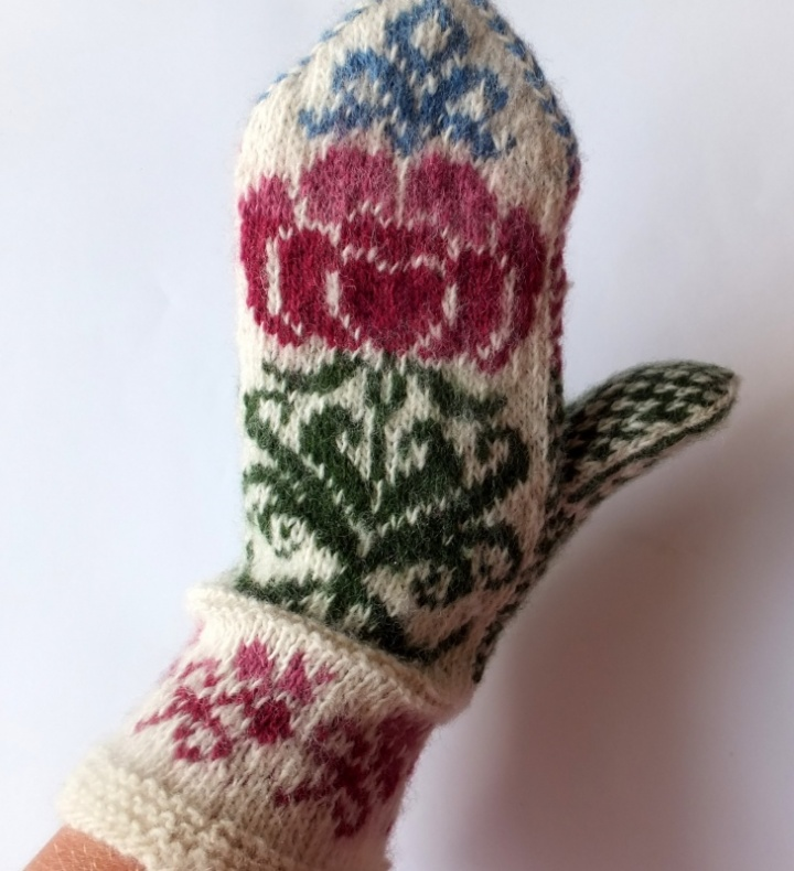 Wool mittens with flowers  patterns picture no. 2