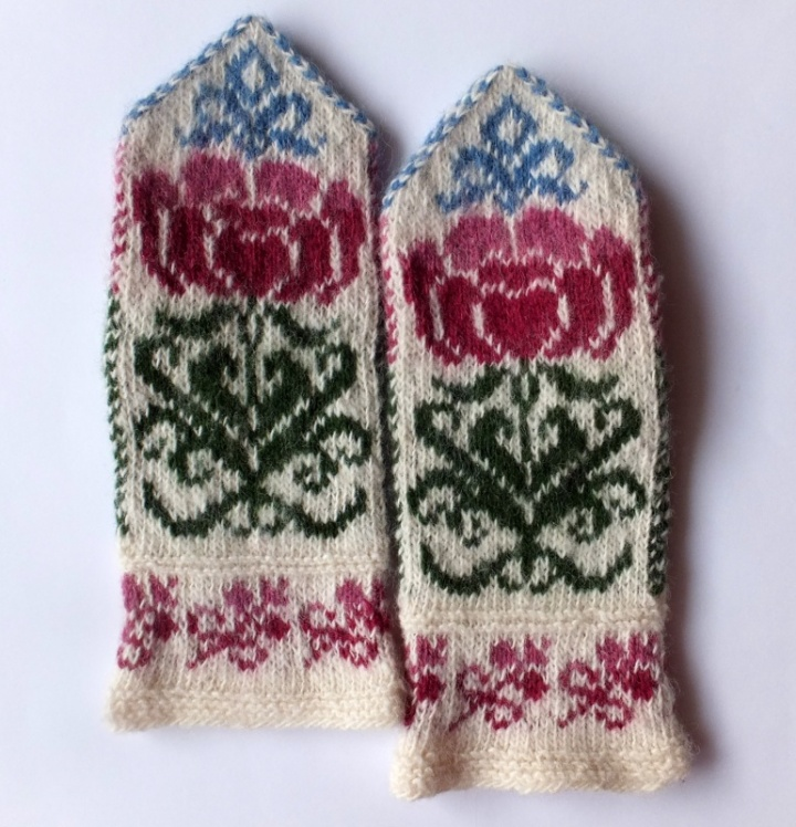 Wool mittens with flowers  patterns picture no. 3