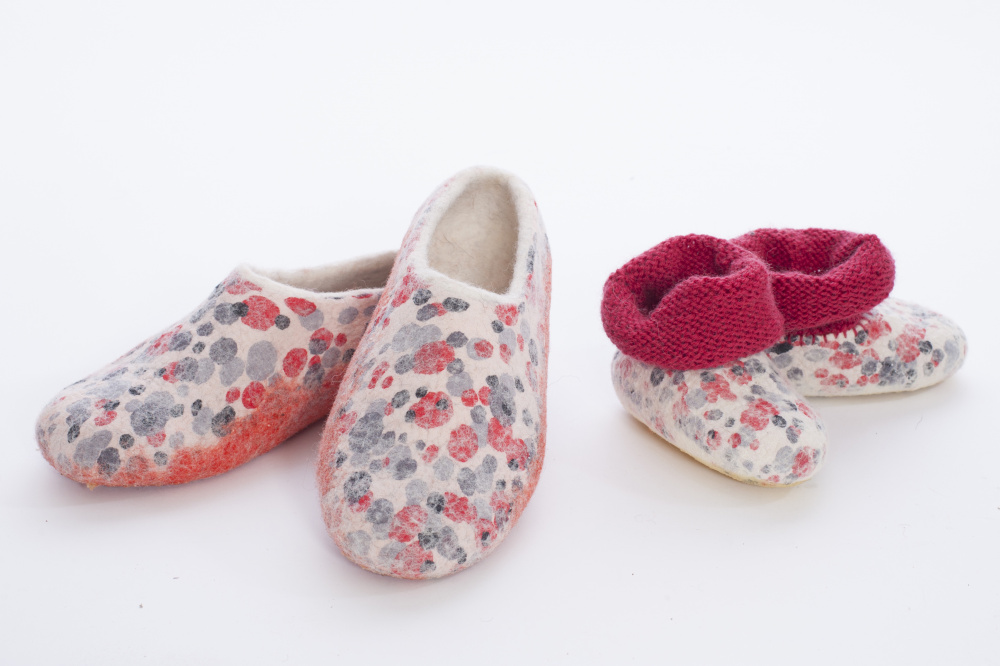 "white feltes slippers frends"" together"""
