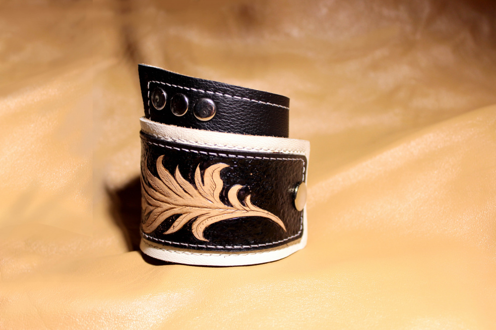 Genuine leather bracelet with graved decor picture no. 2