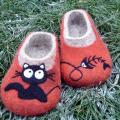 The cat walks alone - Shoes & slippers - felting